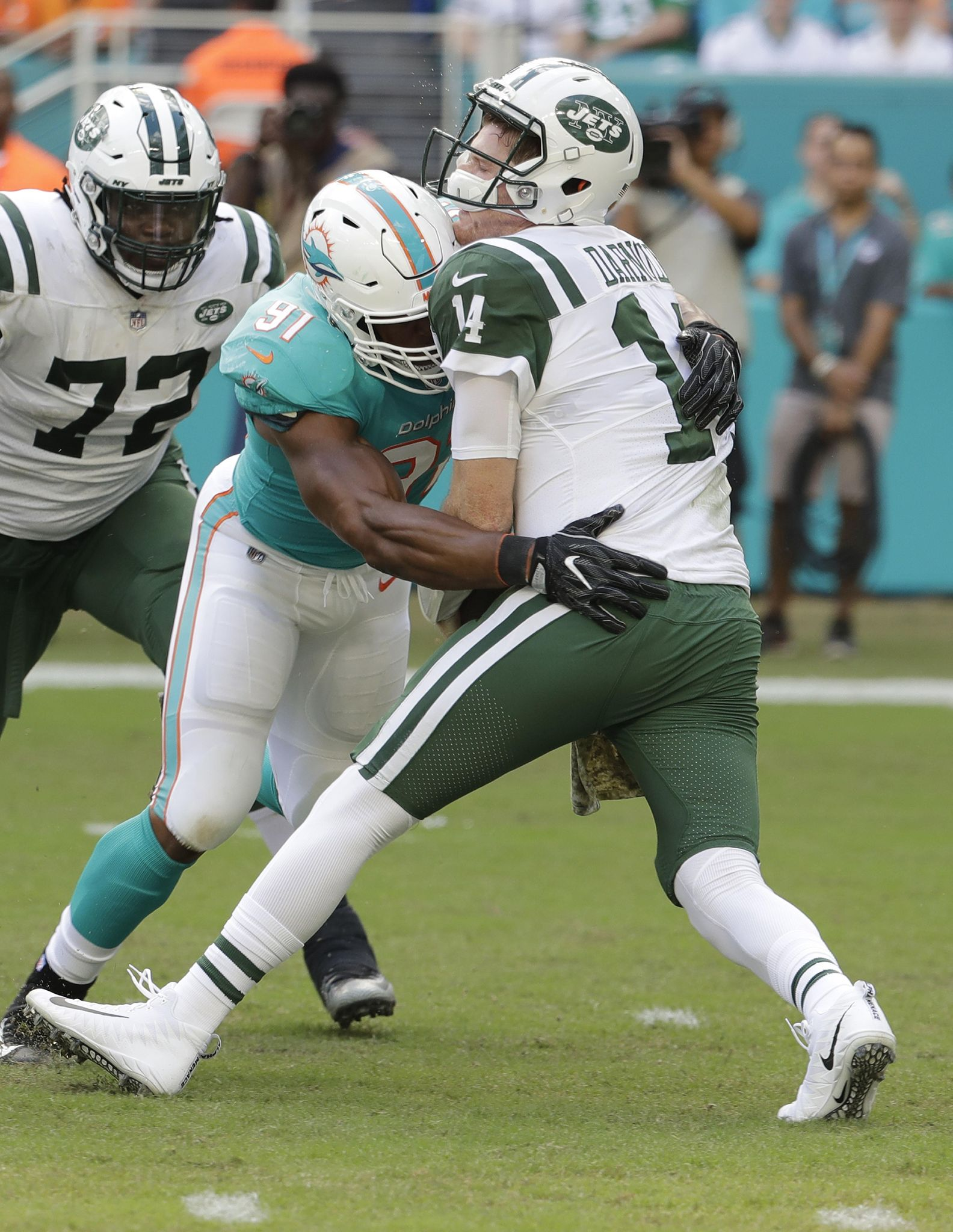 Jets_dolphins_football_94355_s1584x2048