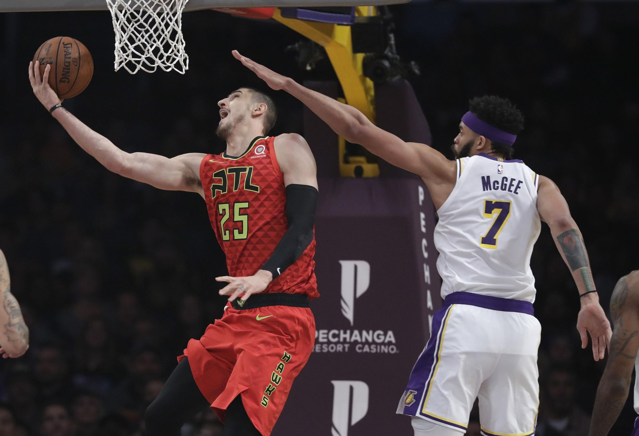 Hawks_lakers_basketball_29469_s2048x1397