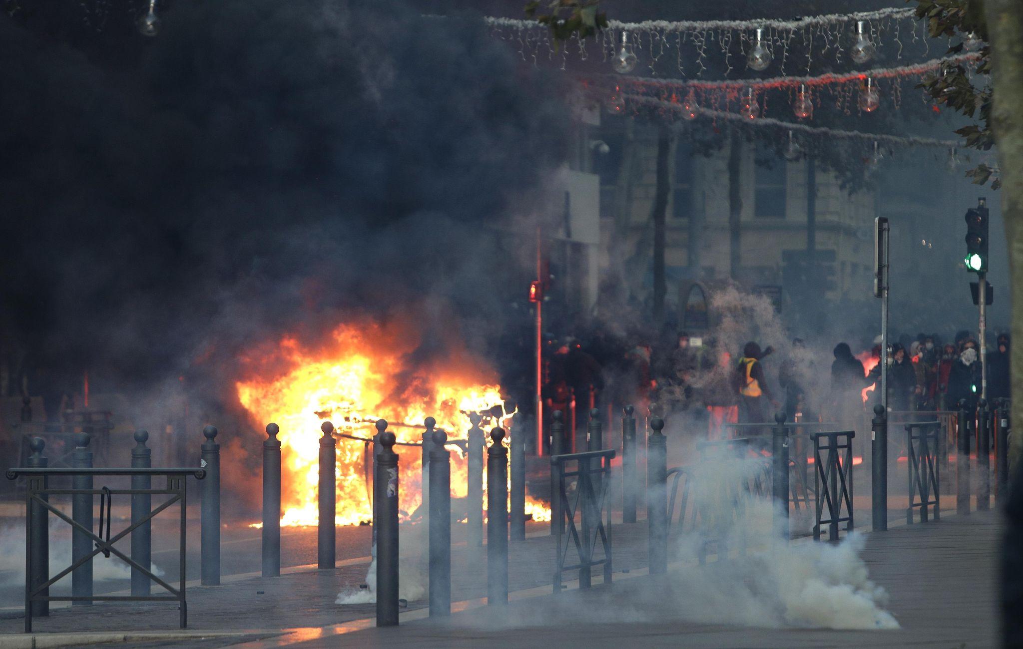 'Grave moment': Macron plans meeting, address amid 'yellow vests' crisis