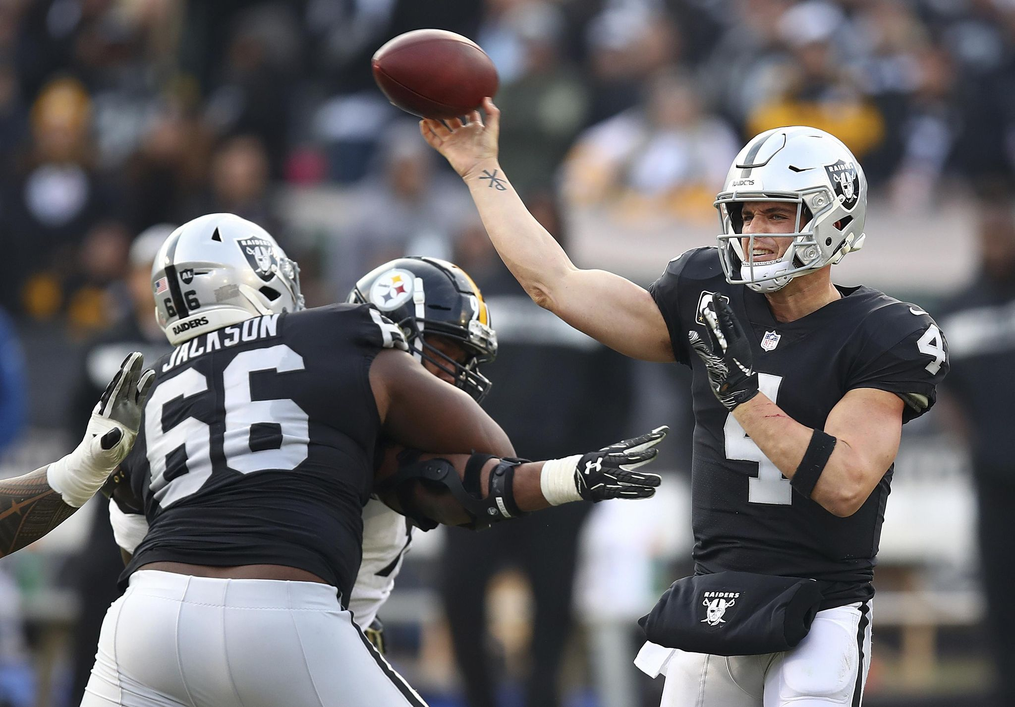 Steelers_raiders_football_26494_s2048x1426