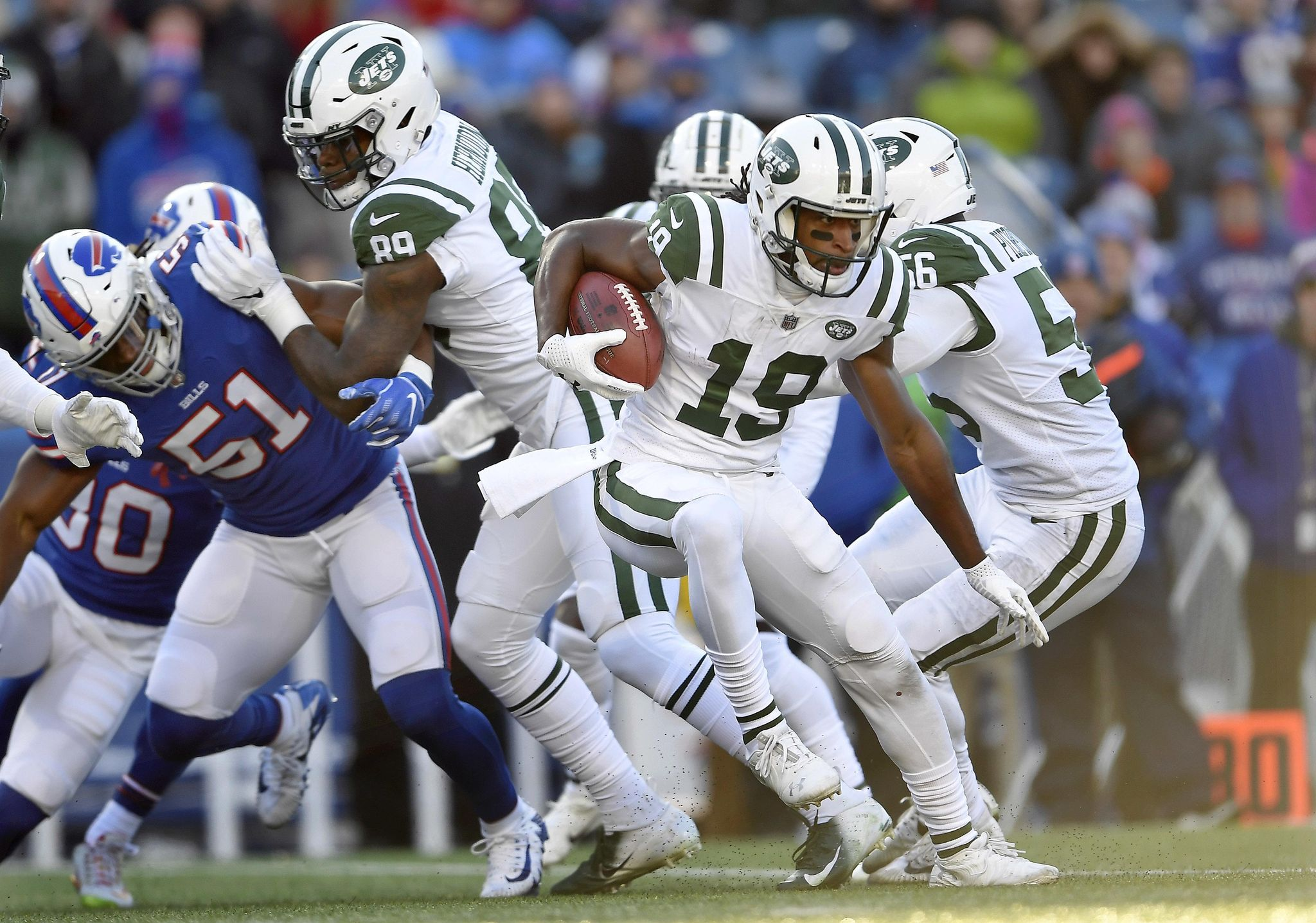 Jets_traveling_roberts_football_01441_s2048x1437