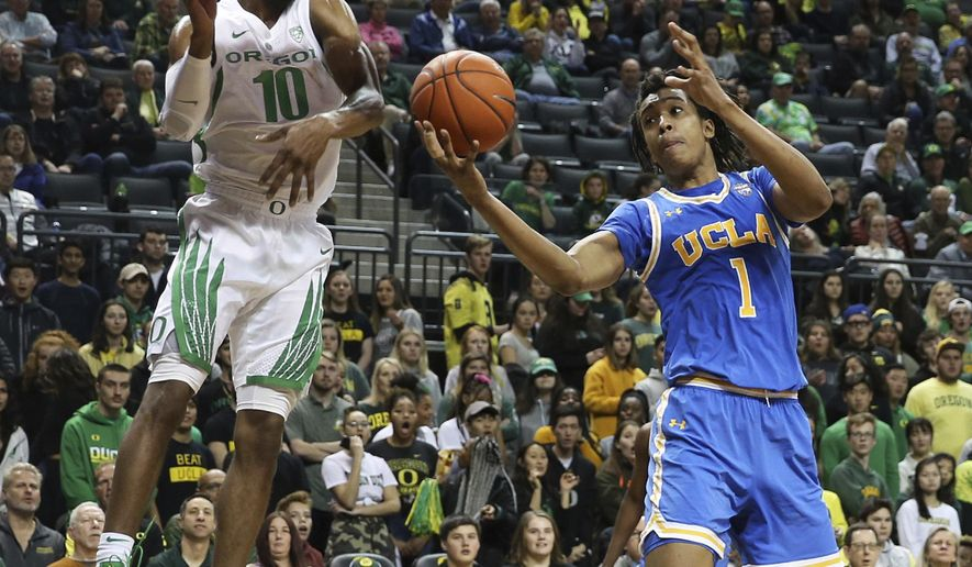 Oregon's Victor Bailey, left, and UCLA's Moses Brown battle for a rebound during the first half an NCAA college basketball game Thursday, Jan 10, 2019, in Eugene, Ore. (AP photo/Chris Pietsch)