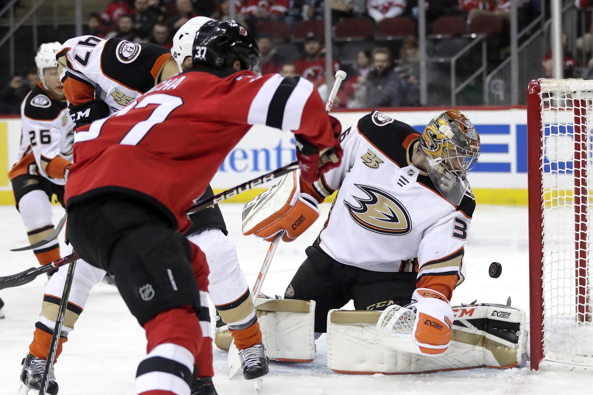 Ducks_devils_hockey_73053_s2048x1365