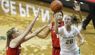 Oregon guard Sabrina Ionescu (20), shoots against Arizona defenders during an NCAA college basketball game Sunday, Jan. 20, 2019, in Eugene, Ore. Oregon beat Arizona 93-60. (AP photo/Thomas Boyd)