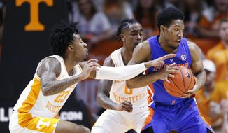 Florida guard KeVaughn Allen, right, is pressured by Tennessee guards Jordan Bowden (23) and Jordan Bone (0) during the first half of an NCAA college basketball game, Saturday, Feb. 9, 2019, in Knoxville, Tenn. (AP photo/Wade Payne)