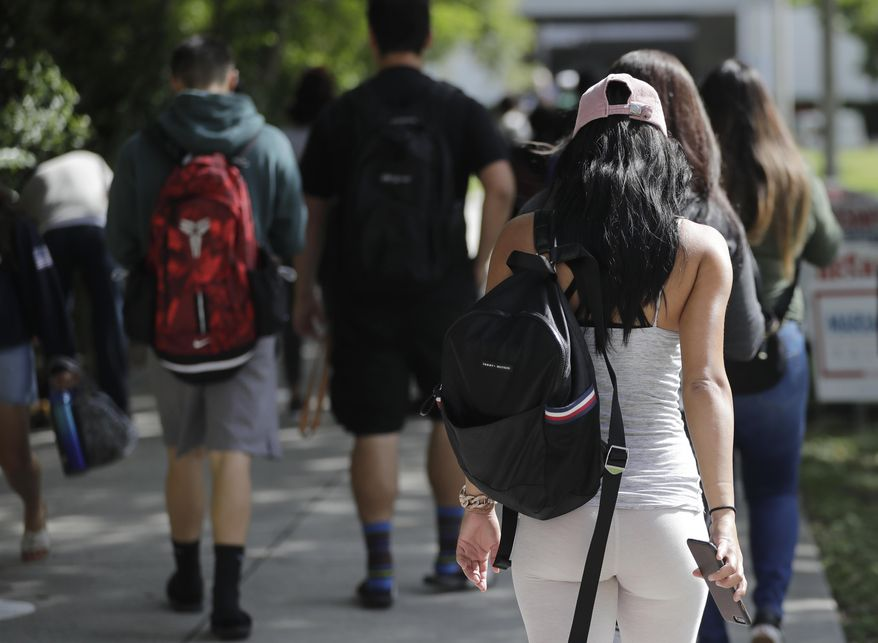 """Few American students are now required to take U.S. history and civics classes, which has eroded their basic knowledge with """"alarming"""" beliefs, says a new study. (AP Photo/Lynne Sladky) ** FILE **"""