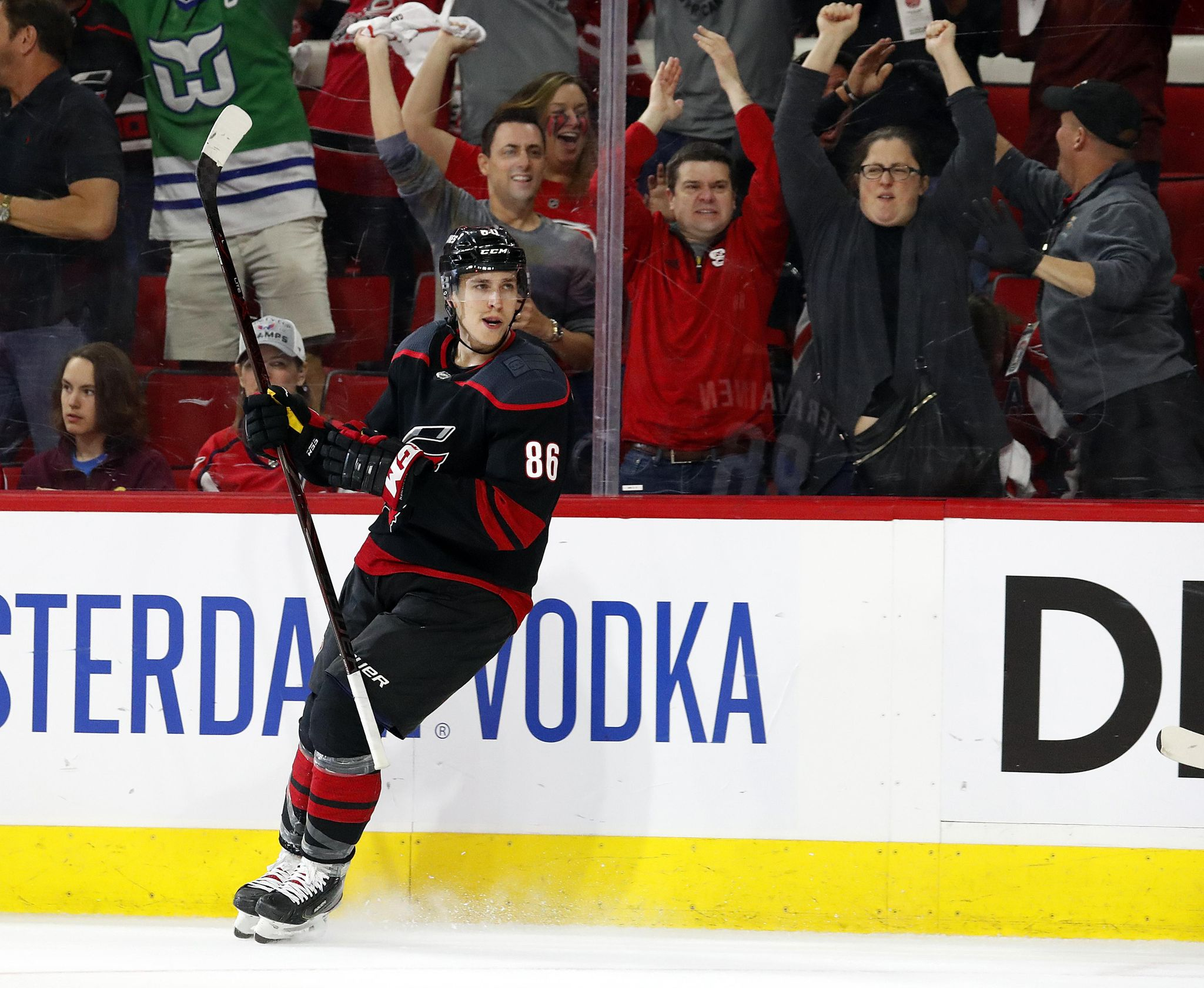 Hurricanes beat Capitals 2-1 in Game 4 to even series