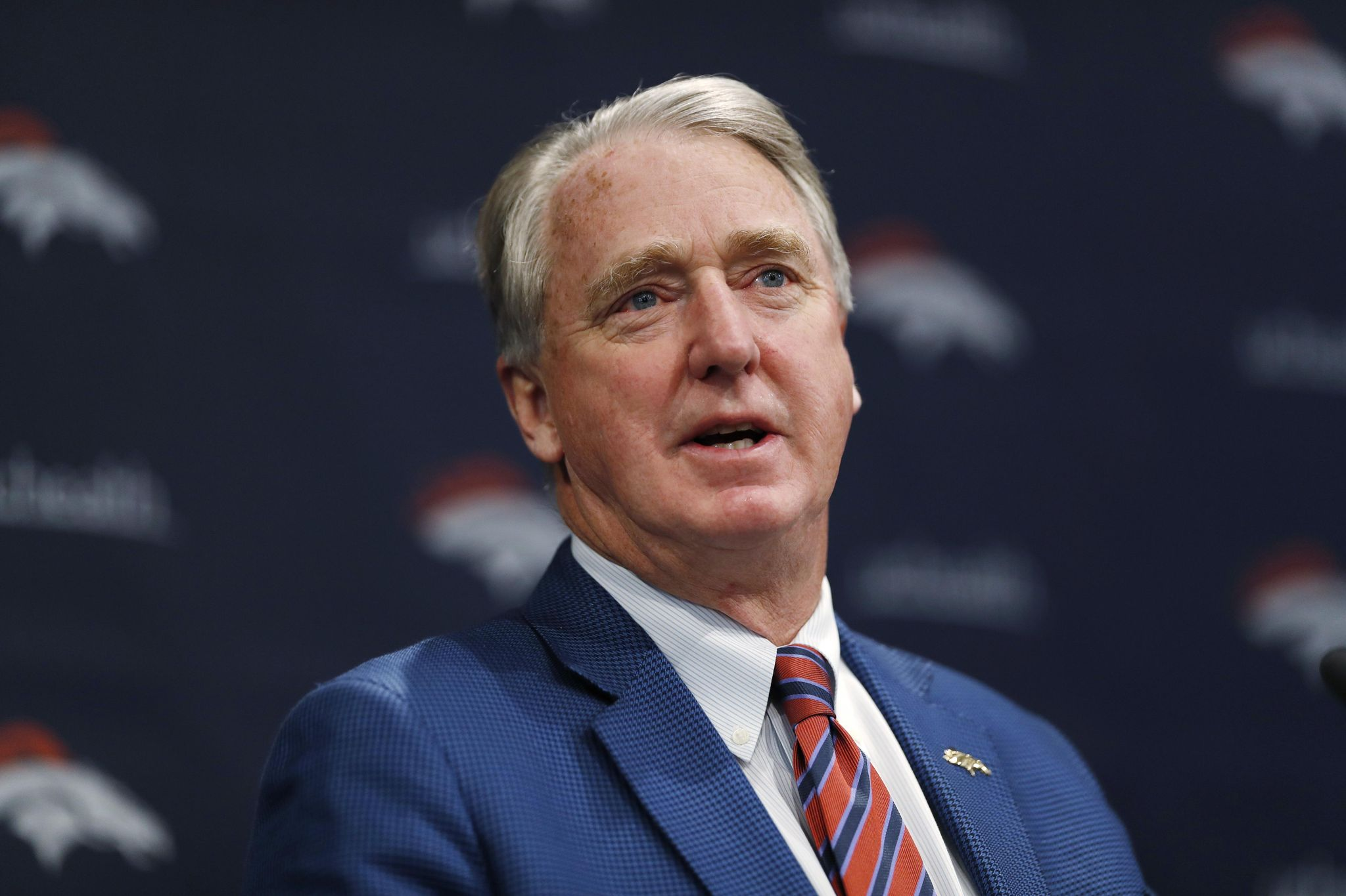 Broncos_moving_on_football_12072_s2048x1365