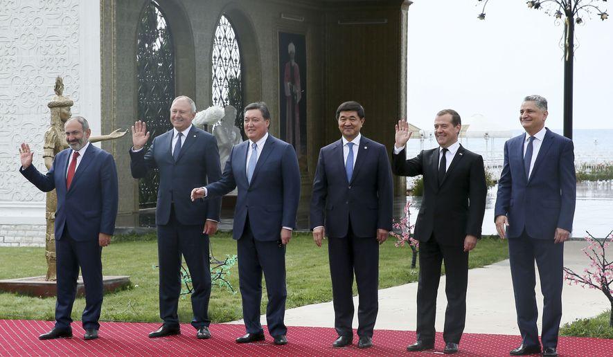 यूरेशियन आर्थिक प्रतिनिधि, बाएं से, अर्मेनियाई प्रधानमंत्री निकोलस पशिनियन, बेलारूसी प्रधान मंत्री सिहरिज रुमास, कजाकिस्तान के प्रधान मंत्री अस्कर मोमीन, किर्गिज प्रधान मंत्री मुखमल्दकलि अबिलगाज़ीव, रूसी प्रधानमंत्री दिमित्री मेदवेदेव और तिगरान सरगसेन, यूरेशियन आर्थिक आयोग के अध्यक्ष। चूंकि वे यूरोलियन इकोनॉमिक यूनियन इंटरगवर्नमेंटल काउंसिल ऑफ चोलपोन-अटा, किर्गिस्तान, शुक्रवार, अगस्त, एक्सएनयूएमएक्स, एक्सएनयूएमएक्स से पहले एक तस्वीर के लिए पोज देते हैं। (येकातेरिना शुटुकिना, स्पुतनिक, एपी के माध्यम से सरकारी पूल फोटो)
