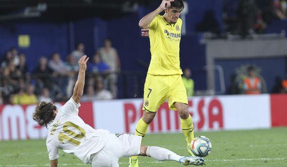 Villareal's Gerard Moreno controls the ball past Real Madrid's Luka Modric during the Spanish La Liga soccer match between Villarreal and Real Madrid in the Ceramica stadium in Villarreal, Spain, Sunday, Sept. 1, 2019. (AP Photo/Alberto Saiz)
