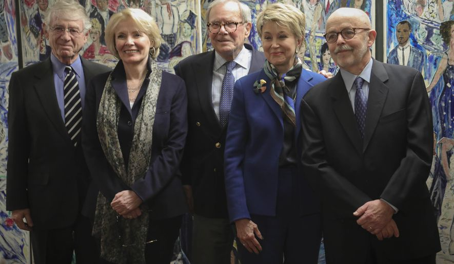 """Former ABC and how Ted Koppel, far left, Wall Street columnist Peggy Noonan, second from left, former NBC anchor Tom Brokaw, center, CBS """"Sunday Morning"""" host Jane Pauley, second from right, and Associated Press photojournalist and Pulitzer Prize winner Richard Drew, far right, pose before their induction into The Deadline Club 2019 New York Journalism Hall of Fame, Thursday Nov. 21, 2019, in New York. Drew, a staff photographer for AP in New York known for taking the The Falling Man photograph during the Sept. 11, 2001 attacks, is the first photojournalist to be inducted. (AP Photo/Bebeto Matthews)"""
