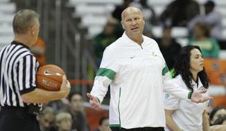Oregon head coach Kelly Graves, center, has words with an official in the third quarter of an NCAA college basketball game against Syracuse in Syracuse, N.Y., Sunday, Nov. 24, 2019. AP Photo/Nick Lisi)