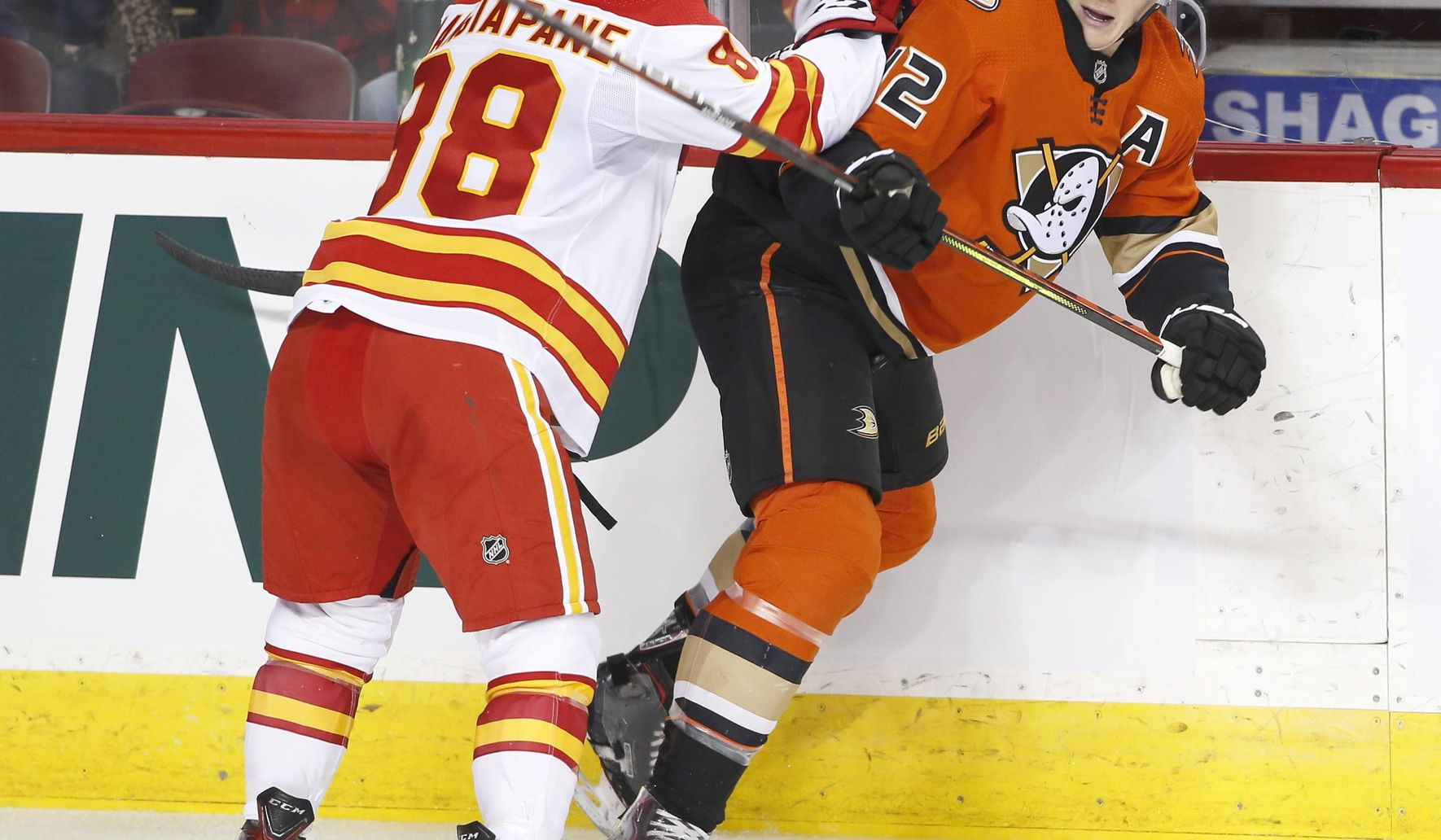 Ducks_flames_hockey_46823_c0-409-3000-2158_s1770x1032