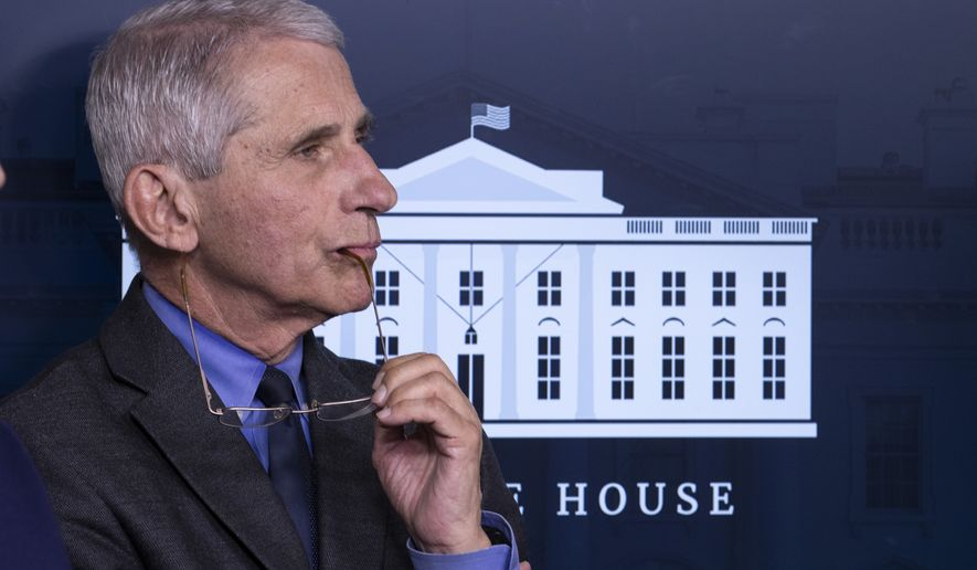 Dr.Anthony Fauci, directeur van het National Institute of Allergy and Infectious Diseases, luistert tijdens een briefing over het coronavirus in de James Brady Press Briefing Room van het Witte Huis, dinsdag 7 april 2020 in Washington. (AP Foto / Alex Brandon)