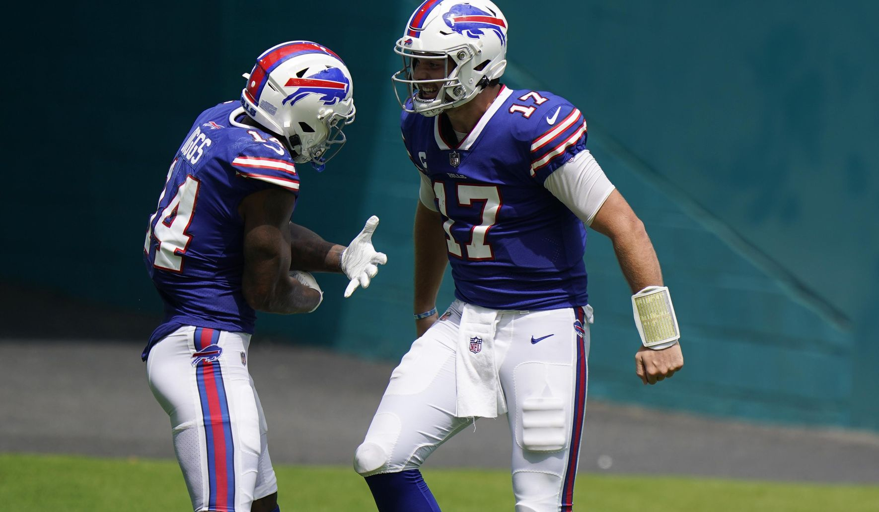 Bills_dolphins_football_75717_c0-142-3394-2120_s1770x1032