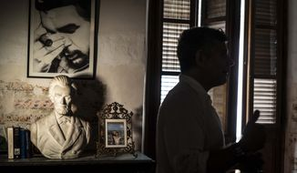 """A framed image of Argentine-born Cuban Revolutionary hero Ernesto """"Che"""" Guevara hangs on a wall next to a bust of U.S. President Abraham Lincoln in Gregory Biniowsky's house, a Canadian lawyer and consultant who has lived and worked in Cuba for more than 20 years, in Havana, Cuba, Monday, Oct. 19, 2020. Biniowsky said that Trump's hardline policy toward Cuba prompts a defensive, knee-jerk reaction among officials here wary of changes to the largely state-run economy. (AP Photo/Ramon Espinosa)"""