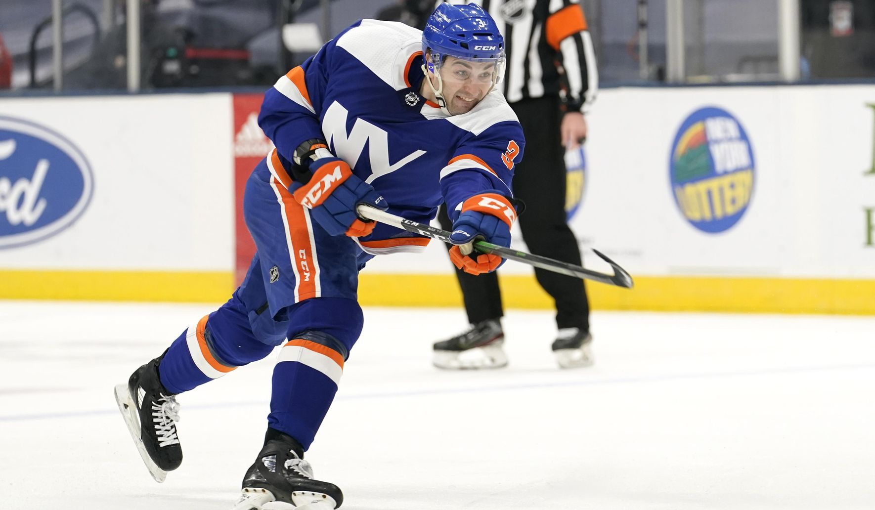 Isles welcome back fans, beat Devils for 7th straight win