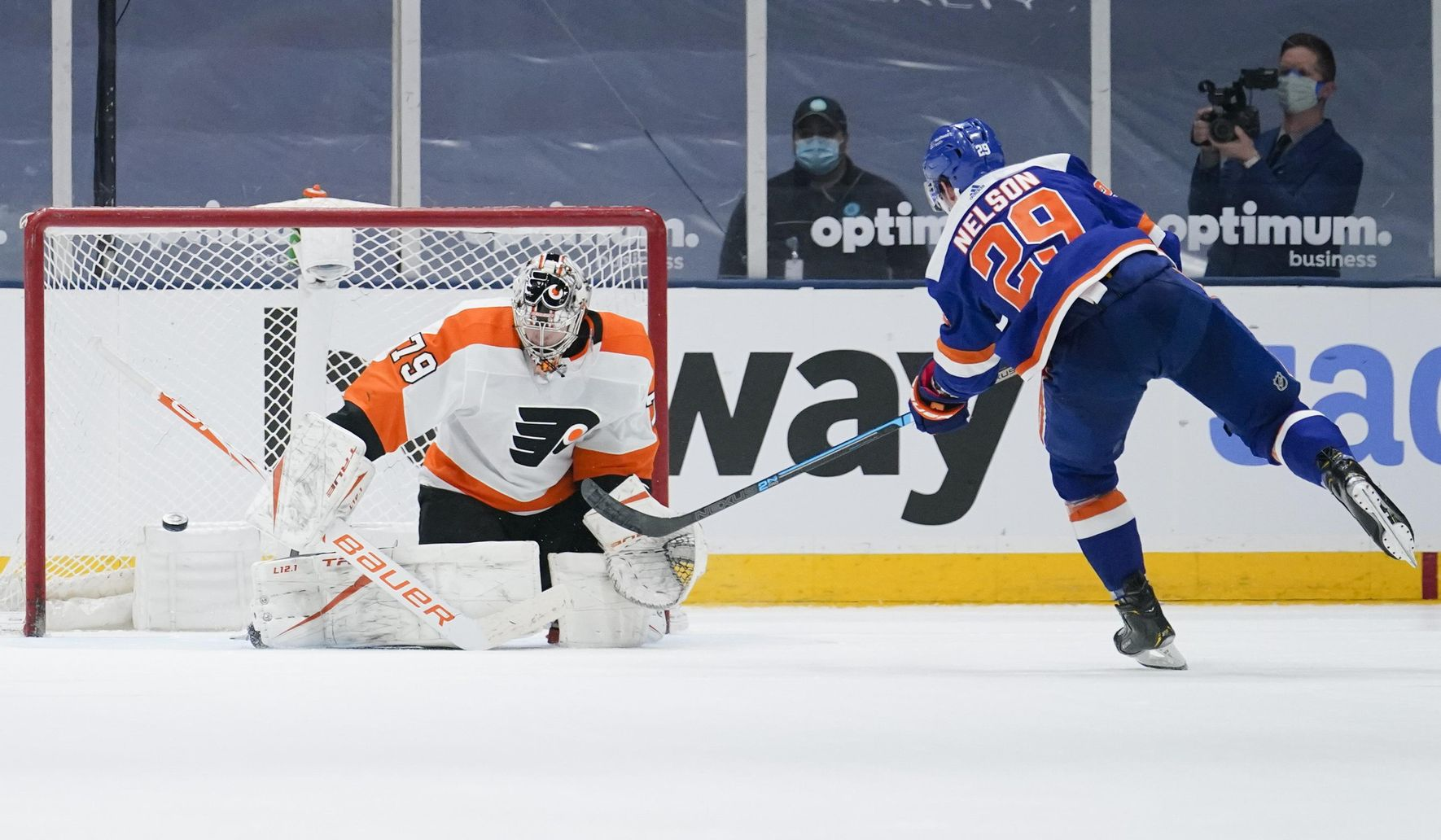 Nelson leads Islanders to 3-2 shootout win over Flyers
