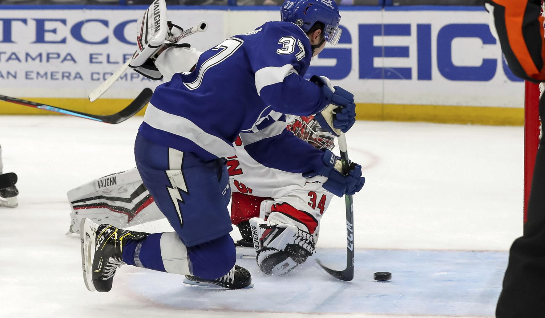 Hurricanes_lightning_hockey_26030_c0-125-3000-1874_s1770x1032
