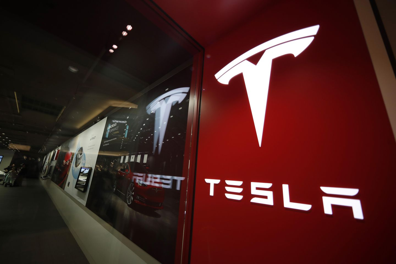 2 U.S. agencies send teams to probe Tesla crash with no driver