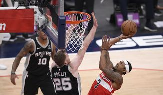 华盛顿巫师 guard Bradley Beal (3) goes to the basket against San Antonio Spurs center Jakob Poeltl (25) during overtime of an NBA basketball game, Monday, April 26, 2021, in Washington. The Spurs won 146-143. (AP Photo/Nick Wass)