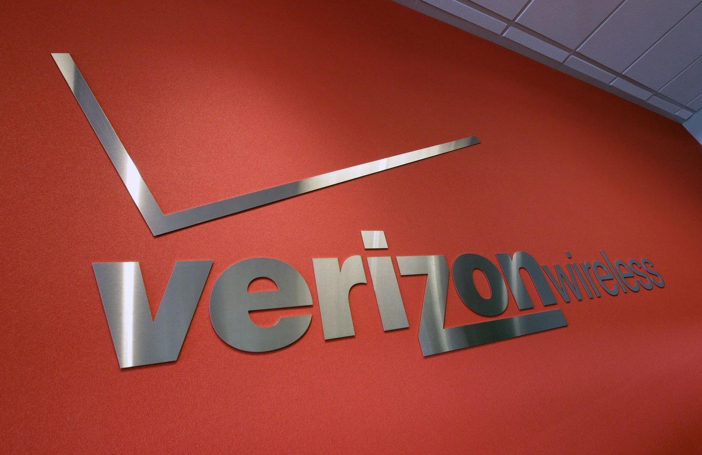 Verizon to sell its portion of AOL, Yahoo in  billion deal