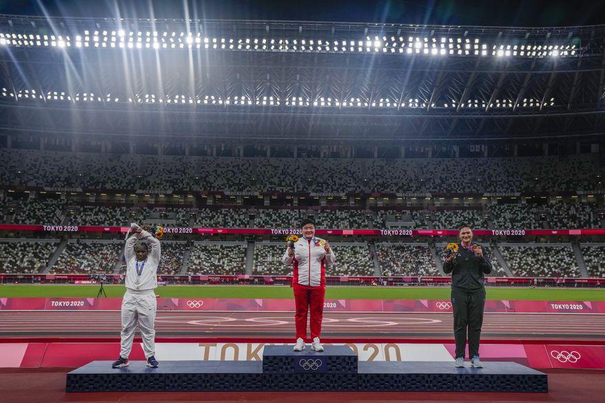 Pódio olímpico do arremesso de peso feminino - AP Photo/Francisco Seco